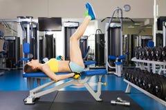 Barnet bantar kvinnan som övar i en idrottshall Royaltyfri Fotografi