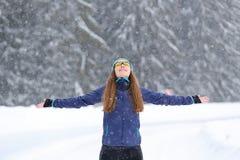 Barnet bantar kvinnan som tycker om snöig väder i vinter Royaltyfria Foton