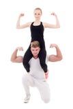 Barnet bantar kvinnasammanträde på skuldror av hennes muskulösa pojkvän arkivbilder