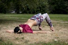 Barnet bantar modellen visar hennes härliga ben arkivfoto
