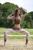 Barnet bantar modellen visar hennes härliga ben royaltyfria bilder