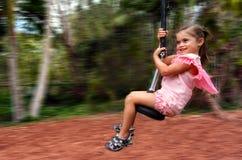 Barnet befriar på flygräv royaltyfri bild