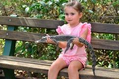 Barnet behandla som ett barn den australiska krokodilen för salt vatten Royaltyfria Bilder