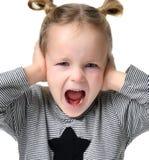 Barnet behandla som ett barn lyckligt skrika skrika för flicka med händer som stänger öron Royaltyfri Fotografi