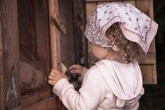 Barnet behandla som ett barn omsorg för begrepp för bygd för lantgården för flickaomsorgtamdjuret djur Fotografering för Bildbyråer