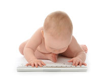 Barnet behandla som ett barn pojkelitet barnhänder som skriver den trådlösa datoren Fotografering för Bildbyråer