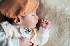 Barnet behandla som ett barn pojken med tulpan dagblomman ger mödrar mumsonen till Royaltyfri Fotografi
