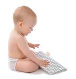 Barnet behandla som ett barn pojkesammanträdehänder som skriver det trådlösa datortangentbordet Arkivfoto
