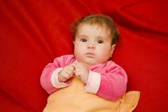 Barnet behandla som ett barn ståenden Royaltyfri Foto