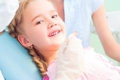 Barnet besök en tandläkare Arkivfoto
