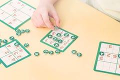 Barnet betalar sudokubrädeleken arkivbild