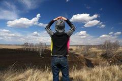 Barnet beundrar vårlandskapet arkivbild