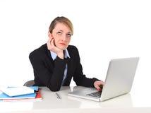 Barnet borrade affärskvinnan som arbetar i spänning på den frustrerade kontorsdatoren Royaltyfri Foto
