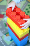 Barnet bygger ett torn ut ur tegelstenkonstruktör Royaltyfri Foto