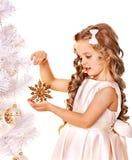 Barnet dekorerar julgranen. Royaltyfria Bilder