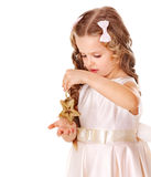 Barnet dekorerar julgranen. Royaltyfria Foton