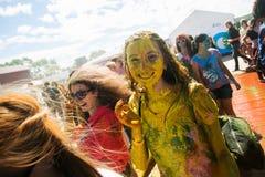 Barnet dekorerat folk deltar i den Holi festivalen av färger i Vladivostok arkivbilder
