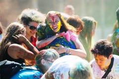 Barnet dekorerat folk deltar i den Holi festivalen av färger i Vladivostok royaltyfri foto