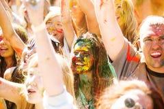 Barnet dekorerat folk deltar i den Holi festivalen av färger i Vladivostok royaltyfri fotografi