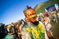 Barnet dekorerat folk deltar i den Holi festivalen av färger i Vladivostok arkivfoto