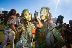 Barnet dekorerat folk deltar i den Holi festivalen av färger i Vladivostok arkivfoton