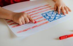 Barnet drar flaggan av Amerika royaltyfria foton