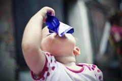 barnet dricker fruktsaft Royaltyfri Bild