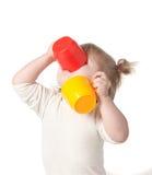 Barnet dricker fruktsaft från en råna. Royaltyfri Foto