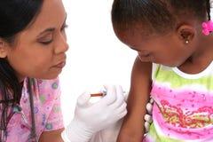 barnet får injektionen till Arkivfoton