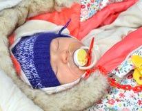 Barnet för det nyfödda spädbarnet behandla som ett barn att sova för flicka Royaltyfria Foton