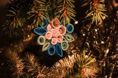 Barnet för ` s för jul och för det nya året tillverkar Hand - gjorda leksakgarneringar på träd Royaltyfria Bilder