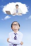 Barnet föreställer det framtida jobbet som en doktor arkivfoton