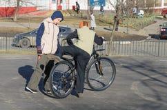 Barnet försöker att lära att rida en cykel Arkivbilder