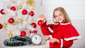 Barnet firar jul hemma Favorit- dag av året fira santa för modern för hattar för berömjuldottern slitage Festlig dräkt för ungefl royaltyfri foto