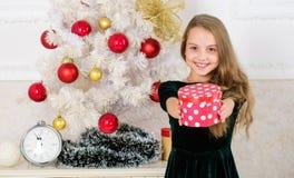 Barnet firar jul hemma Favorit- dag av året Tid som öppnar julgåvor glatt julbegrepp royaltyfria bilder