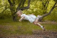 barnet flyger i en dröm Det litet royaltyfri fotografi