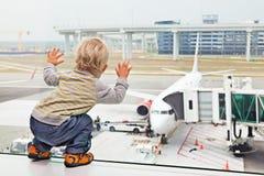 Barnet flygplatsen, lopp, behandla som ett barn, familjen, semestern, porten, pojken, flygplanet, nivån, flygplan, passageraren,  Arkivfoton