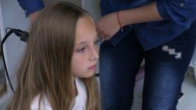 Barnet fostrar att göra den lockiga frisyren för lång haired tonåringflicka lager videofilmer