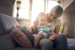 Barnet fostrar att ge henne behandla som ett barn lite en mat royaltyfri fotografi