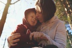 Barnet fostrar att krama hennes lilla son Royaltyfri Foto