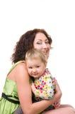 Barnet fostrar att krama hennes litet behandla som ett barn arkivfoton