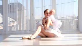 Barnet fostrar att krama lite att le dottern i balettstudio lager videofilmer
