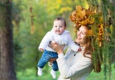 Barnet fostrar att spela med henne behandla som ett barn dottern i en höst parkerar Royaltyfria Bilder