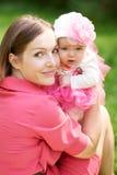 Barnet fostrar med behandla som ett barn Royaltyfria Foton