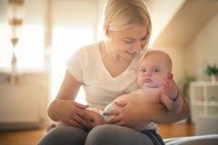 Barnet fostrar med behandla som ett barn pojken hemma arkivbilder