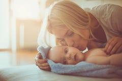 Barnet fostrar med behandla som ett barn pojken hemma arkivfoton
