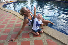Barnet fostrar med behandla som ett barn sammanträde och att spela för dotter Royaltyfria Bilder