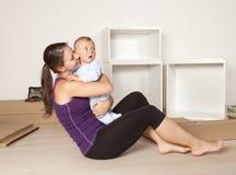 Barnet fostrar med en behandla som ett barn som flyttar sig till den nya lägenheten Arkivbilder