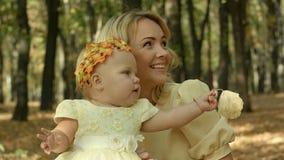 Barnet fostrar med henne behandla som ett barn dottern i höst parkerar Royaltyfri Fotografi