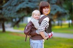 Barnet fostrar med hennes litet barnbarn Royaltyfri Fotografi